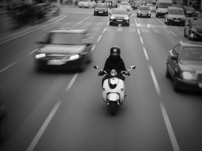 Astuces et conseils pour les jeunes motards : clignotant et mouvement